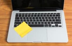 Nota del ordenador portátil y del palillo Fotografía de archivo