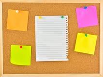 Nota del palillo Notas en blanco fijadas en corkboard Fotos de archivo