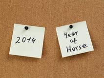 Nota del recordatorio del año del caballo sobre tablero del corcho Fotografía de archivo