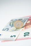 Nota dell'euro cinque e dieci con l'euro moneta Immagine Stock