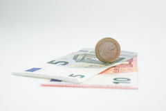 Nota dell'euro cinque e dieci con l'euro moneta Fotografie Stock