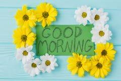 Nota di buongiorno e composizione nei fiori della dorato-margherita fotografia stock