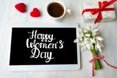 Nota di calligrafia del giorno delle donne felici su una compressa immagine stock libera da diritti