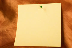 Nota di carta appiccicosa con il perno Fotografia Stock