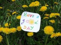 Nota di carta con la frase: Abbia un buon giorno concetto di atteggiamento positivo fotografia stock libera da diritti