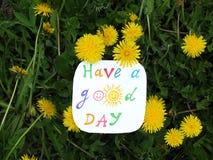 Nota di carta con la frase: Abbia un buon giorno concetto di atteggiamento positivo immagini stock libere da diritti