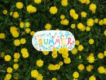 Nota di carta con la parola: estate Concetto del positivo di estate Fotografia Stock Libera da Diritti