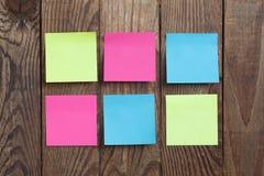 Nota di carta multicolore degli autoadesivi su di legno Fotografie Stock Libere da Diritti