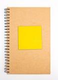 Nota di carta riciclata di Front Cover With Yellow Sticky del taccuino. Fotografia Stock