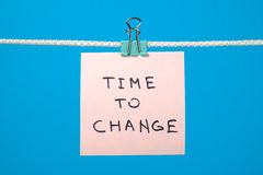 Nota di carta rosa che appende sulla corda con tempo del testo di cambiare immagine stock