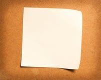 Nota di carta su legno Fotografia Stock