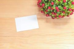Nota di carta su priorità bassa di legno Fotografia Stock Libera da Diritti