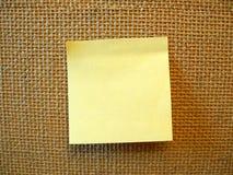 Nota di post-it in bianco gialla Immagini Stock Libere da Diritti