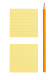 Nota di post-it e della matita su priorità bassa bianca Fotografia Stock