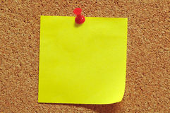 Nota di post-it e Pin di spinta Fotografie Stock