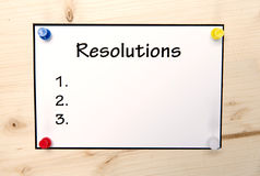 Nota di risoluzioni del nuovo anno su legno in bianco Immagini Stock