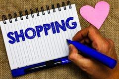 Nota di scrittura che mostra acquisto La foto di affari che montra i prodotti delle merci dell'acquisto del cliente del cliente i Fotografia Stock
