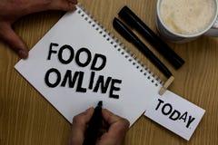 Nota di scrittura che mostra alimento online Foto di affari che montra chiedere qualcosa mangiare facendo uso del telefono app o  fotografie stock libere da diritti