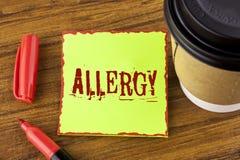 Nota di scrittura che mostra allergia La foto di affari che montra i danni nell'immunità dovuto ipersensibilità la ottiene diagni Immagine Stock
