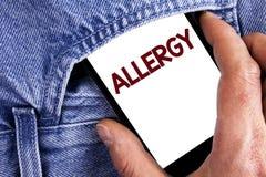 Nota di scrittura che mostra allergia La foto di affari che montra i danni nell'immunità dovuto ipersensibilità la ottiene diagni Fotografia Stock Libera da Diritti