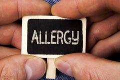 Nota di scrittura che mostra allergia La foto di affari che montra i danni nell'immunità dovuto ipersensibilità la ottiene diagni Fotografie Stock