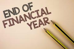 Nota di scrittura che mostra conclusione dell'anno finanziario Foto di affari che montra gli strati di costo della base di dati d Fotografie Stock
