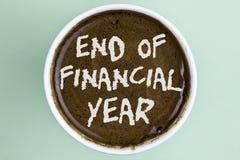 Nota di scrittura che mostra conclusione dell'anno finanziario Foto di affari che montra gli strati di costo della base di dati d Immagini Stock