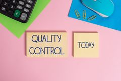 Nota di scrittura che mostra controllo di qualit? Montrare della foto di affari assicura che il prodotto o il servizio abbia vend fotografie stock libere da diritti
