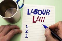 Nota di scrittura che mostra diritto del lavoro La foto di affari che montra l'occupazione governa la legislazione b scritta unio fotografia stock libera da diritti