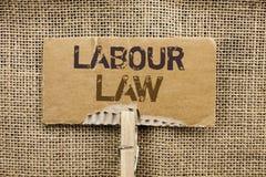 Nota di scrittura che mostra diritto del lavoro La foto di affari che montra l'occupazione governa la legislazione o scritta unio fotografia stock