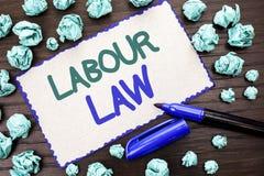Nota di scrittura che mostra diritto del lavoro La foto di affari che montra l'occupazione governa la legislazione o scritta unio immagine stock libera da diritti