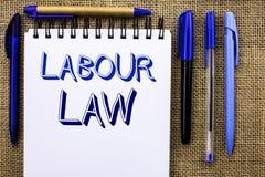 Nota di scrittura che mostra diritto del lavoro La foto di affari che montra l'occupazione governa la legislazione o scritta unio fotografie stock libere da diritti
