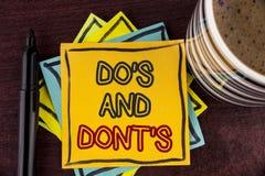Nota di scrittura che mostra Do ed i Don'Ts Montrare della foto di affari che cosa può essere fatto e che cosa non può conoscere  fotografia stock libera da diritti