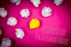 Nota di scrittura che mostra gestione dello stress Foto di affari che montra la terra di rosa di sanità di positività di rilassam Immagine Stock