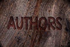 Nota di scrittura che mostra gli autori Foto di affari che montra la parte posteriore di Creator Wooden del compositore di Poet B immagini stock