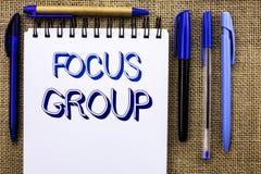 Nota di scrittura che mostra gruppo di controllo La foto di affari che montra l'indagine di concentrazione interattiva di confere fotografie stock