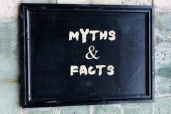 Nota di scrittura che mostra i miti ed i fatti Foto di affari che montra storia solitamente tradizionale di apparente storico immagine stock