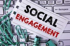 Nota di scrittura che mostra impegno sociale La foto di affari che montra la posta ottiene l'alto writte di SEO Advertising Marke Fotografia Stock