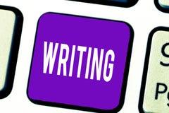 Nota di scrittura che mostra scrittura La foto di affari che montra l'azione di scrive qualcosa che fa le carte di lettere delle  fotografia stock