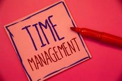 Nota di scrittura che mostra la gestione di tempo La foto di affari che montra il programma ha progettato per il conce di Job Eff immagine stock
