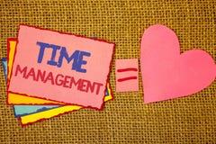 Nota di scrittura che mostra la gestione di tempo La foto di affari che montra il programma ha progettato per giallo di Job Effic immagini stock