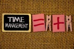 Nota di scrittura che mostra la gestione di tempo La foto di affari che montra il programma ha progettato per Job Efficiency Meet immagine stock libera da diritti