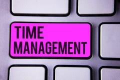 Nota di scrittura che mostra la gestione di tempo La foto di affari che montra il programma ha progettato per l'unità di elaboraz fotografia stock libera da diritti