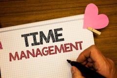 Nota di scrittura che mostra la gestione di tempo La foto di affari che montra il programma ha progettato per la tenuta di Job Ef fotografia stock