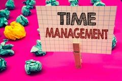 Nota di scrittura che mostra la gestione di tempo Foto di affari che montra programma progettato per Job Efficiency Meeting Deadl fotografie stock