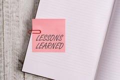 Nota di scrittura che mostra le lezioni istruite La foto di affari che montra la conoscenza o che capisce ha guadagnato per esper fotografie stock