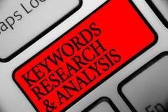Nota di scrittura che mostra le parole chiavi ricerca ed analisi La foto di affari che montra la ricerca dei dati e crea la tasti fotografia stock libera da diritti