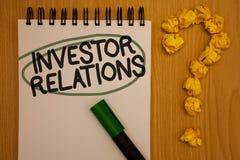 Nota di scrittura che mostra le relazioni di investitore La foto di affari che montra la relazione di investimento di finanza neg immagini stock libere da diritti