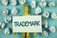 Nota di scrittura che mostra marchio di fabbrica Foto di affari che montra la proprietà intellettuale legalmente registrata o scr Fotografie Stock