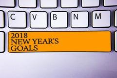 Nota di scrittura che mostra a 2018 nuovi anni gli scopi Foto di affari che montra la lista di risoluzione delle cose che volete  Fotografia Stock Libera da Diritti